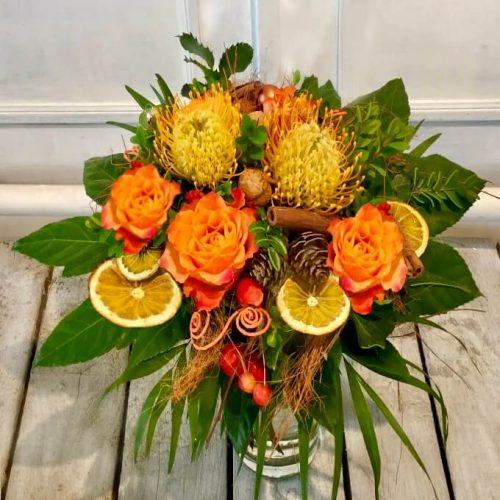 Exotisch oranger Blumenstrauß