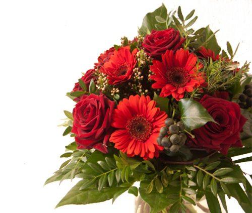 rote Rosen mit Gerbera