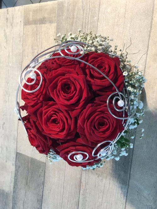 rote Rosen mit Schleierkrau