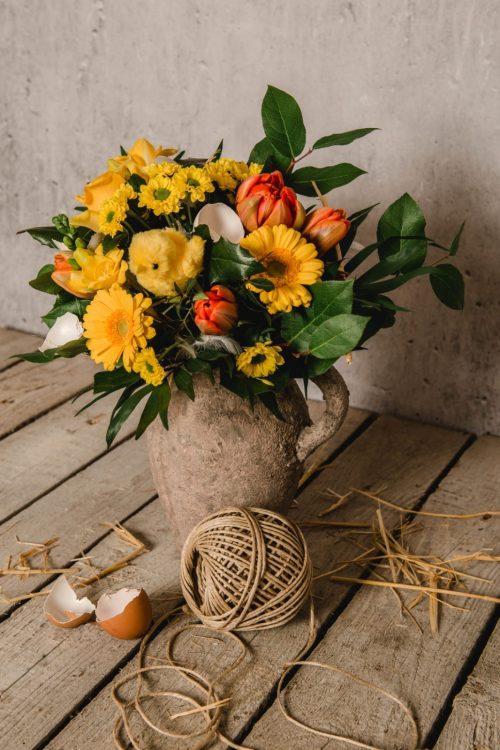 Blumen gel und orange mit Kücken