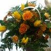 Frühlingsstrauß mit gelben Rosen und Tulpen