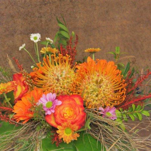 Strauß in orange mit Proten und Rosen