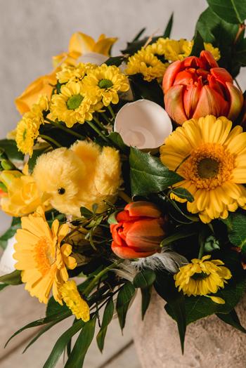 Blumenstrauß gelb orange mit Kücken