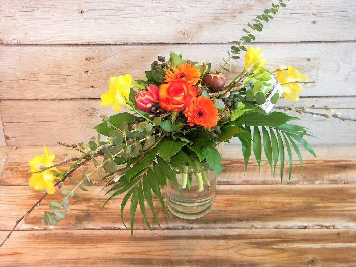 Frühlingsstrauß mit Freesien und Tulpen
