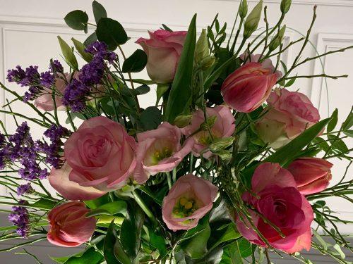 Blumen als Strauß gebunden in der Farbe rosa