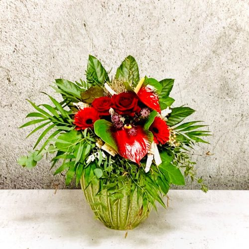 Tropischer Blumenstrauß mit rote Anthurien