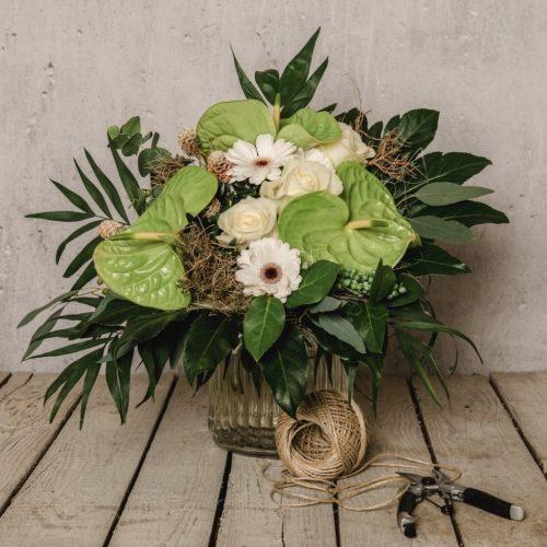 Grüne Blumen Anthurien und weiße Rosen