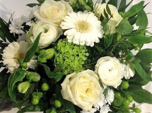 Strauß in weiß mit Gerbera und Rosen