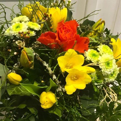 Frühlingsstrauß in gelb orange mit Rosen, Freesien und Tulpen