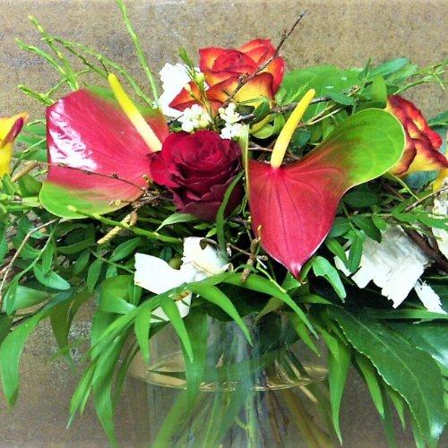 Strauß mit Anthurien und roten Rosen
