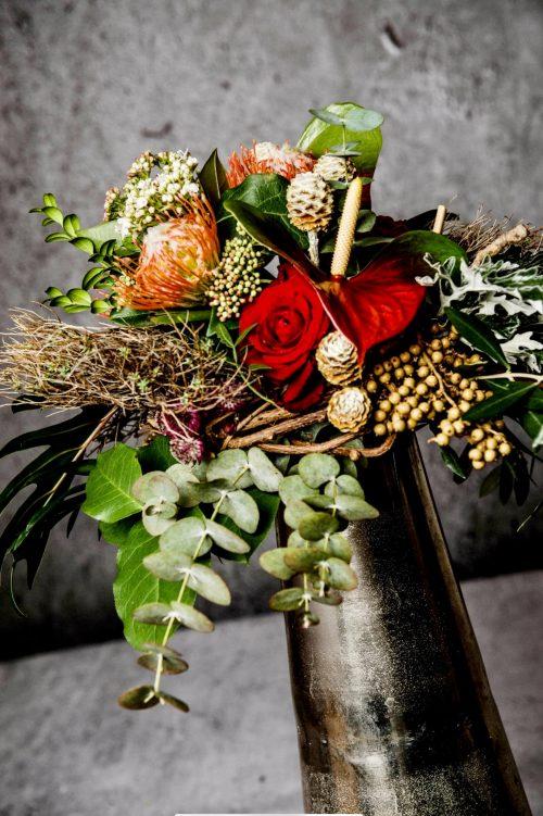 Opulenter Blumenstrauß tropisch in rot natur