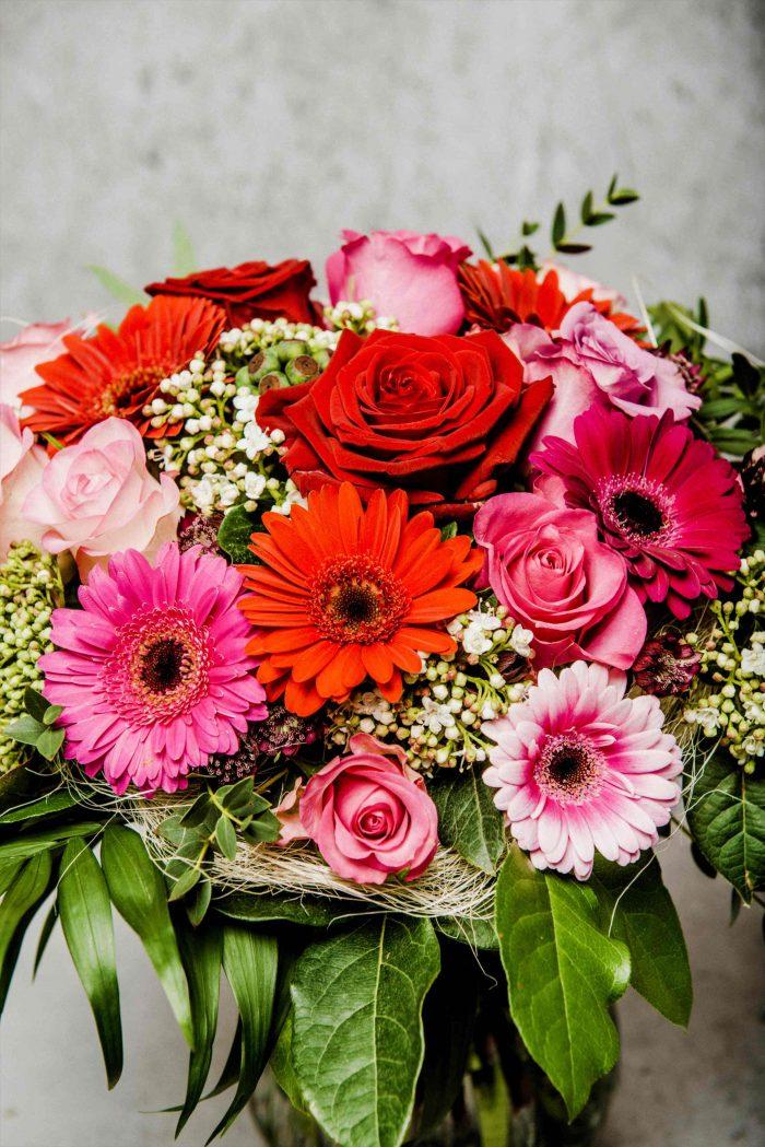 Blumen als Strauß mit Rosen und Gerbera