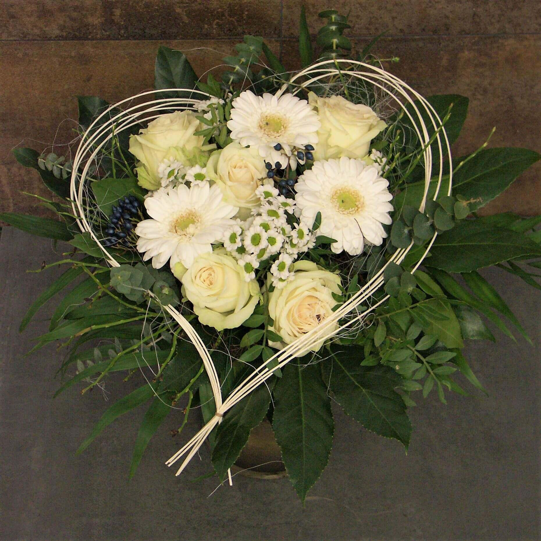 Herzstrauß mit Rosen, Kamille und Gerbera in weiß