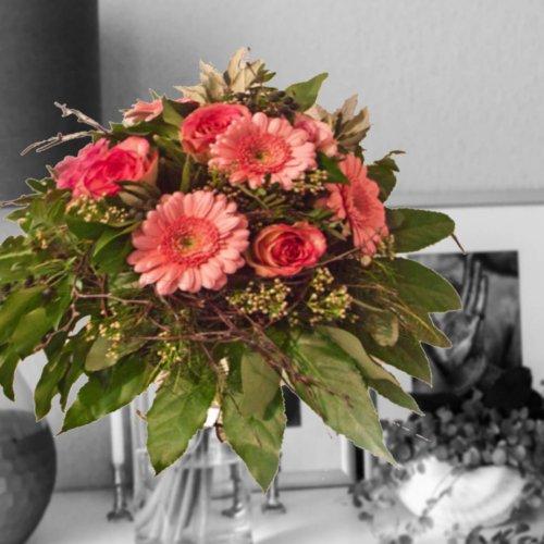 Strauß mit rosa Rosen und Gerbera