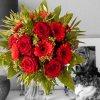 Strauß mit roten Rosen und Gerbera