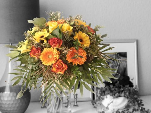 Strauß mit Rosen und Gerbera in orange