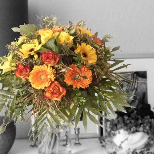 Strauß mit Rosen und Gerbera in orange