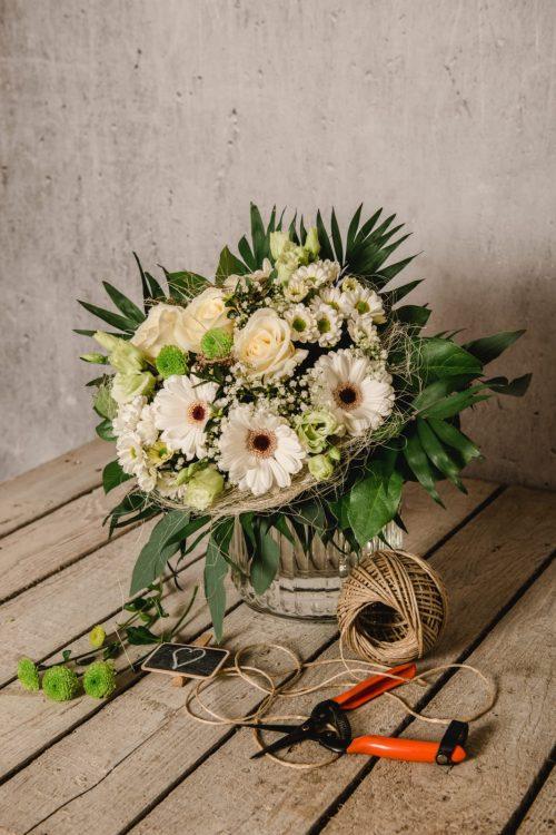 Helle Blumen als Strauß gebunden