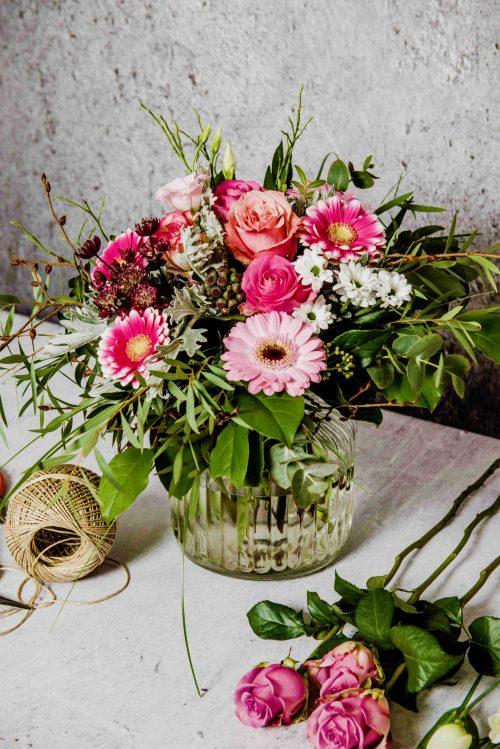 Blumenstrauß in rosa auf Tisch