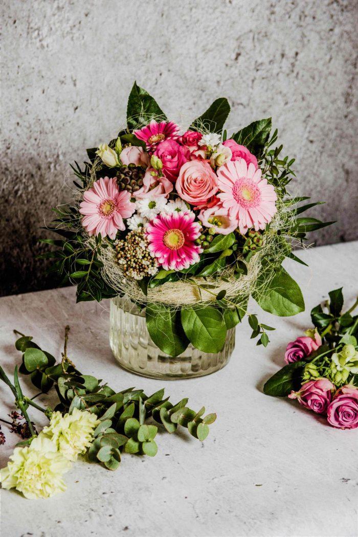 Blumenstrauß in rosa auf einem Tisch