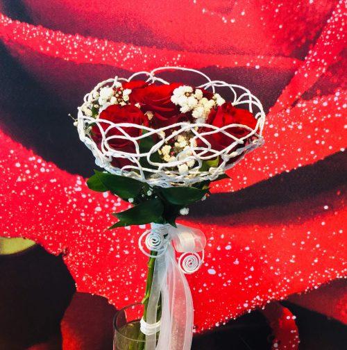 rote Rosen eingewebt