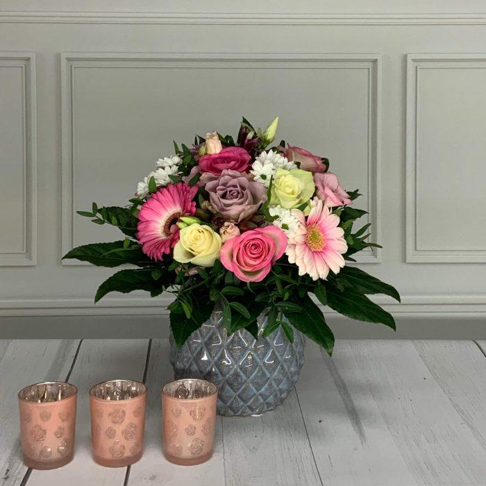 Blumenstrauß in den Farben rosa, flieder, weiß rund gebunden.