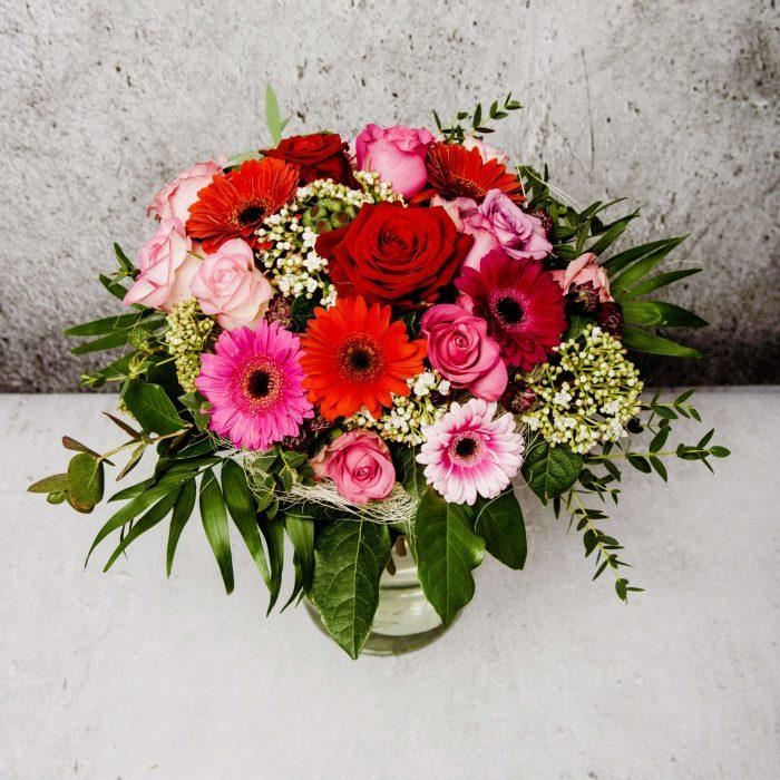 schöner Strauß Blumen rosa, pink, rot mit Rosen und Gerbera