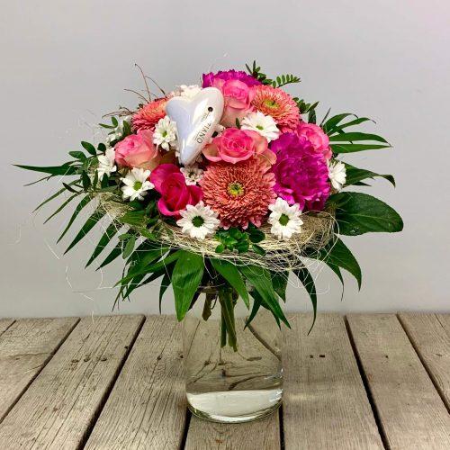 Blumenstrauß in rosa mit Rosen und Gerbera sowie einem Keramikherz von Tiziano Design