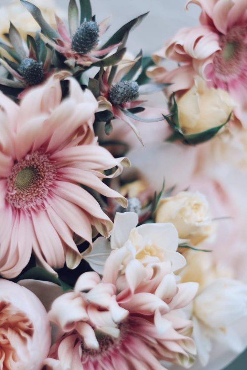 Blumenstrauß als Überraschung gebunden